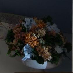 низкая композиция из стабилизированных цветов на полке