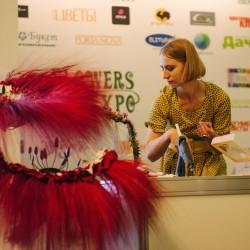 Ястова Елизавета проводит мастер класс по работе со стабилизированным материалом на выставке Цветы Экспо 2014