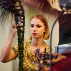 Елизавета Ястова работает со стабилизированным материалом на выставке
